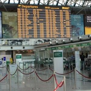 Voli cancellati, Ue avverte le compagnie aeree: I viaggiatori hanno diritto al rimborso