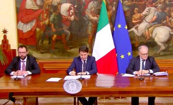 Patuanelli, Conte e Gualtieri in conferenza stampa