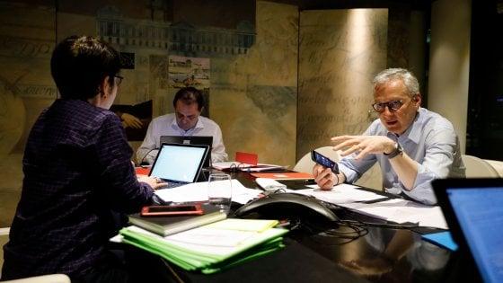 Il ministro delle Finanze francese Bruno Le Maire al telefono con Mario Centeno, presidente dell'Eurogruppo