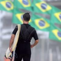 Coronavirus, a Rio vietato il surf: in Brasile scatta l'arresto per chi cavalca le onde