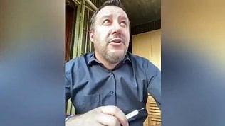 """Salvini in diretta sul balcone. Un vicino: """"Matteo, sono stron...te!"""""""