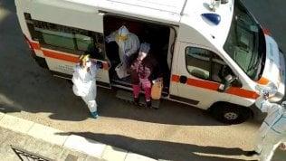 La paziente dimessa torna a casa in ambulanza: l'applauso dei vicini