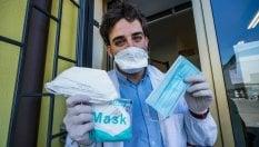 """Arrivano le mascherine gratuite in farmacia a Milano. I farmacisti: """"Le indicazioni per la distribuzione sono un controsenso"""""""