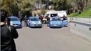 Polizia a sirene spiegate davanti all'ospedale per dire grazie