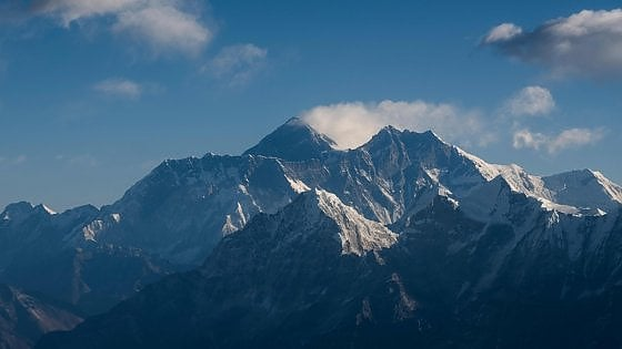 """Everest in lockdown. Gli sherpa: """"Andiamo a togliere i rifiuti: senza alpinisti è più facile"""". Il """"no"""" di Katmandu"""