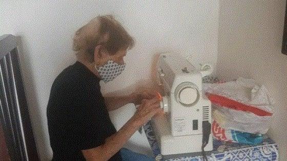 Pina, guarita dalla spagnola 102 anni fa, cuce mascherine contro il coronavirus