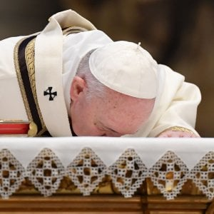 """Coronavirus, Francesco rinuncia al rito del """"Resurrexit"""" e al posto dell'omelia un momento di silenzio"""