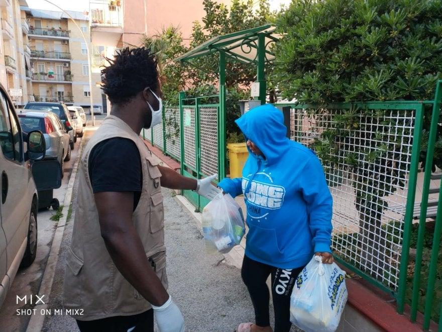 Uova e colombe consegnate a domicilio, la Pasqua dei rifugiati di PartecipAzione