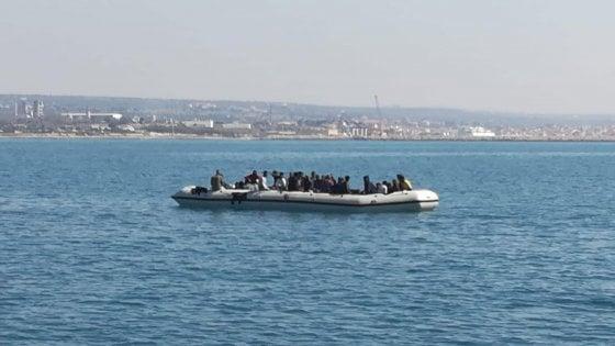 """Migranti, le disperate grida d'aiuto dai barconi abbandonati in mare da quattro giorni. """"Ci sono morti a bordo, veniteci a prendere"""""""