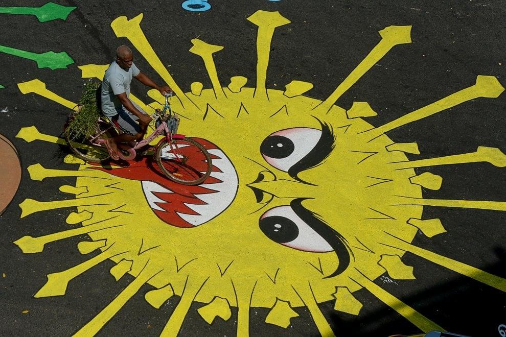India, il coronavirus disegnato sulla strada per spaventare gli automobilisti