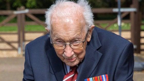 """Gb, la sfida del """"Capitano Tom"""": a 99 anni corre e raccoglie 2 milioni di sterline per la lotta al coronavirus"""