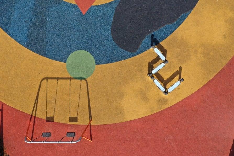 Coronavirus, colori e silenzio: nei parco giochi di tutto il mondo non c'è più un bambino