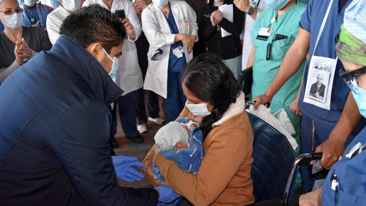 Coronavirus a New York, partorisce durante il coma. Ora Yanira può abbracciare il suo piccolo Walter