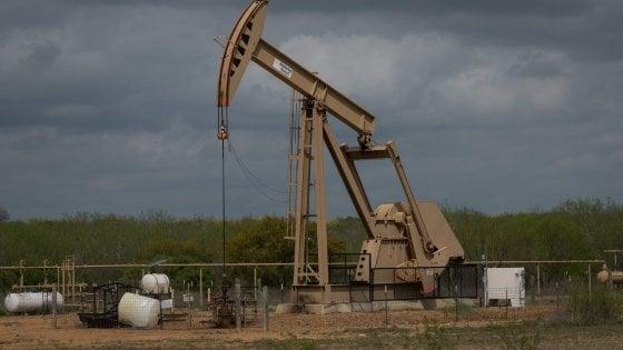 Petrolio choc, prezzo in negativo per il texano (Wti): meno 37 dollari, prima volta nella storia. Domanda di energia giù