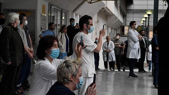 """Coronavirus, lettera aperta di 300 scienziati: """"Attenzione alla raccolta dati delle app anti pandemia"""""""