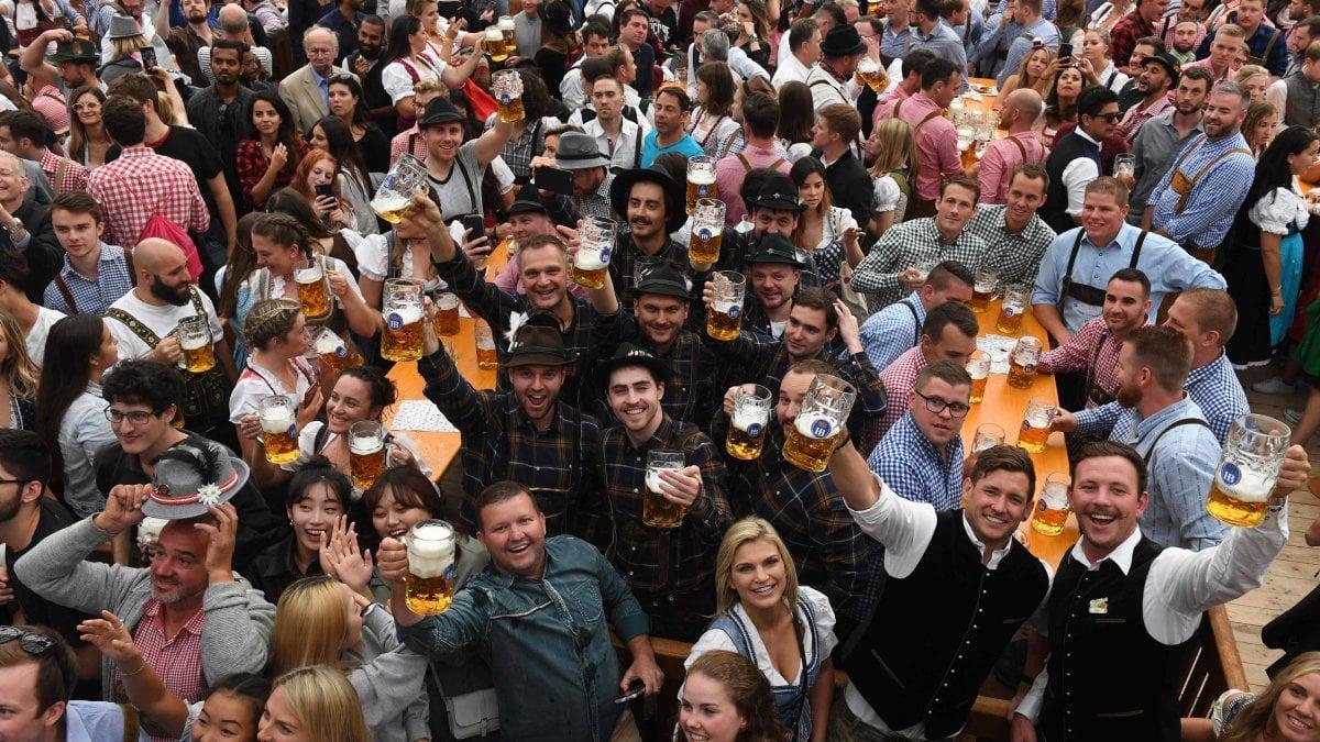 """Oktoberfest, la Germania lo cancella per il coronavirus: """"O si fa per bene o non si fa affatto"""""""