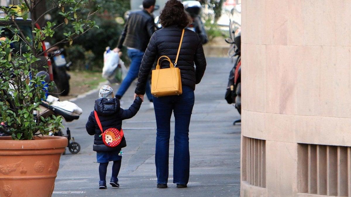 """Coronavirus, il 53% dei genitori torna al lavoro con le scuole chiuse: """"Il bonus baby sitter non copre neanche un quarto delle spese"""""""