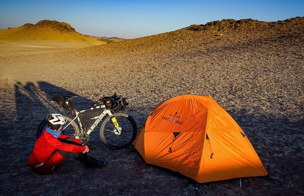 Ciclismo, l'impresa di Omar Di Felice: il deserto del Gobi in solitaria
