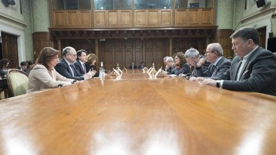 Una foto del governo (Conte, Gualtieri, Castelli e Catalfo) al tavolo con i sindacati