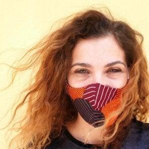 Coronavirus, una mascherina che fa del bene: il colore al servizio di artigiani in difficoltà e migranti