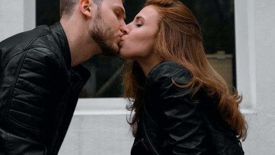 """I frontalieri dell'amore. Il viceministro: """"Non si può andare dal fidanzato in un'altra regione"""""""