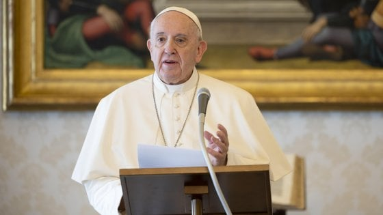 """Regolarizzazione, il Papa: """"Accolgo l'appello dei braccianti agricoli sfruttati, tra cui molti migranti. Rispettiamo la loro dignità"""""""