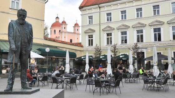 Bar aperti, ma si consuma solo al tavolo, voucher e drive in: il modello Vilnius per riaprire ai turisti