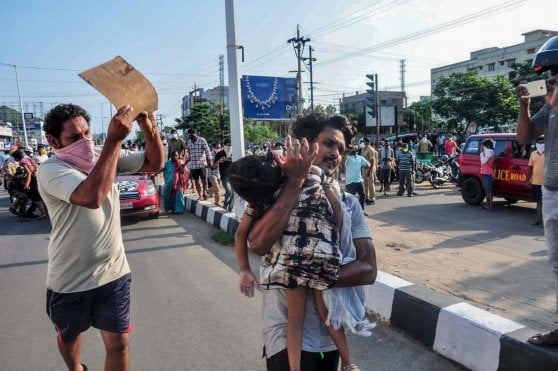 India, la fuga di gas nello stabilimento chimico e lo spettro del disastro di Bhopal