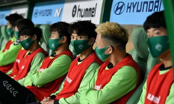 Cori registrati, mascherine e mezzo mondo collegato: in Corea del Sud il calcio è ripartito