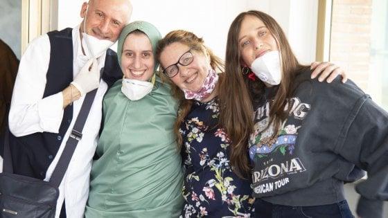 """Silvia Romano in Italia, l'abbraccio con la famiglia: """"Convertita ..."""