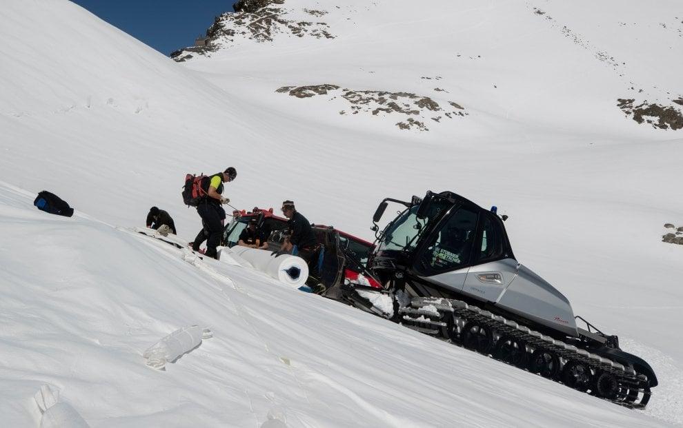 Austria, il ghiacciaio coperto per salvare la neve