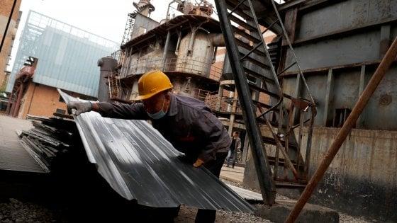 Istat, a marzo la produzione industriale crolla del 28,4%