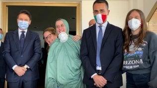 Silvia Romano tra il presidente Conte e il ministro Di Maio dopo l'arrivo a Ciampino