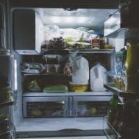 Povero, maltrattato frigorifero