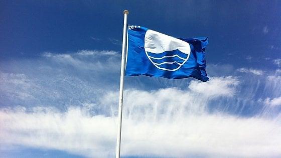Le Bandiere Blu sventolano contro la crisi: ecco le migliori spiagge d'Italia: sono 407 in 195 località