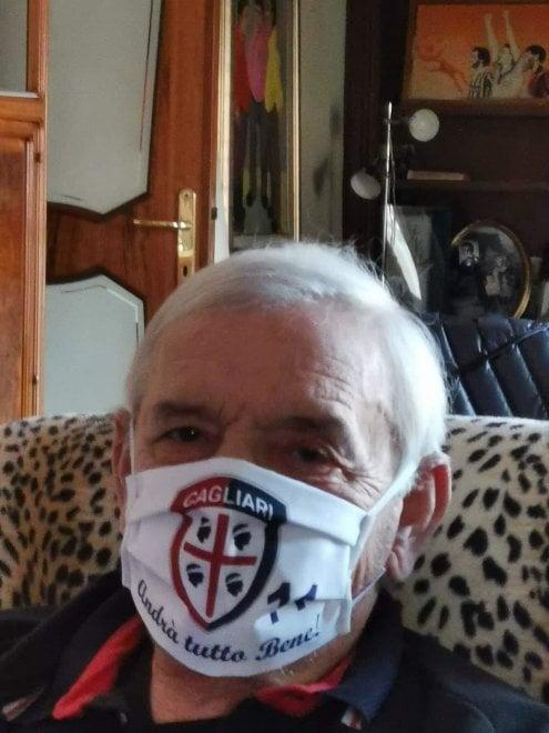 Cagliari, Gigi Riva in mascherina da tifoso