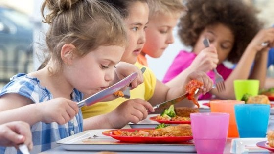 Mense scolastiche addio: pasti serviti in classe o in palestra