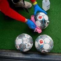 Dai palloni disinfettati a qualche bacio di troppo: la Bundesliga riparte nel silenzio