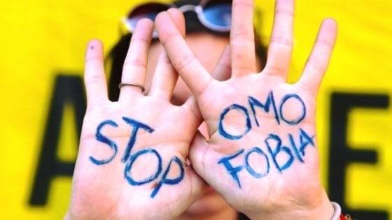"""Giornata mondiale contro l'omofobia, Mattarella: """"Discriminazioni ledono la dignità""""."""