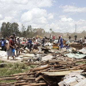 """Nairobi, demolito lo slum di Kariobangi, migliaia di senza casa: """"Non hanno avuto pietà, perché in piena pandemia?"""""""