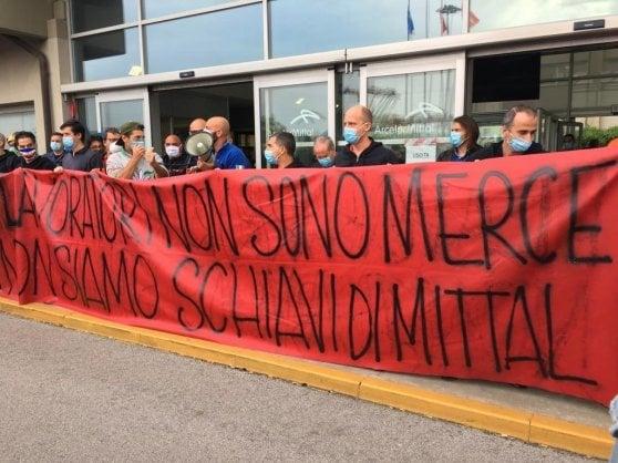 Ilva, a Genova operai in piazza per difendere il lavoro. La prima manifestazione della Fase 2