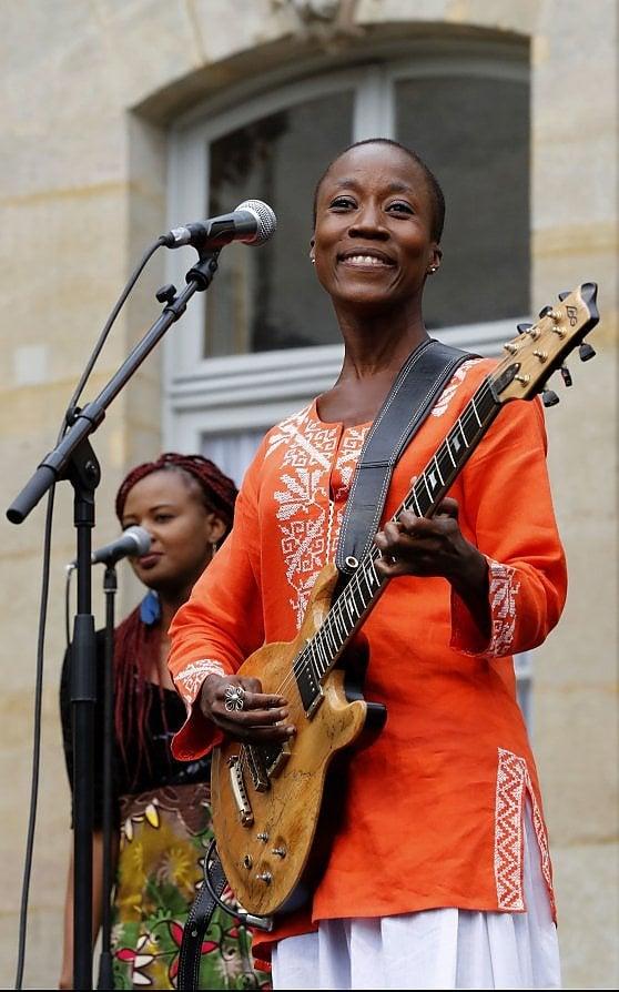"""Rokia Traoré in fuga dalla giustizia francese, è tornata in Mali: """"Non sono una terrorista"""""""
