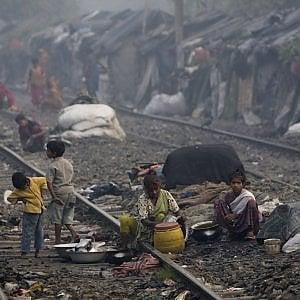 India, Calcutta: le suore di Madre Teresa distribuiscono cibo a 40mila famiglie in condizioni di povertà estrema