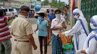 Calcutta: le suore di Madre Teresa distribuiscono cibo a 40mila famiglie che vivonoin condizioni di povertà estrema