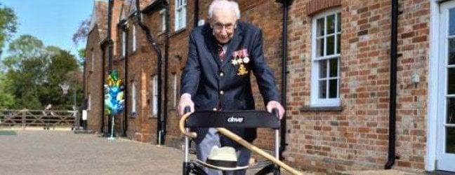 """E a 100 anni il capitano Tom diventa """"sir"""": la regina lo nomina cavaliere"""
