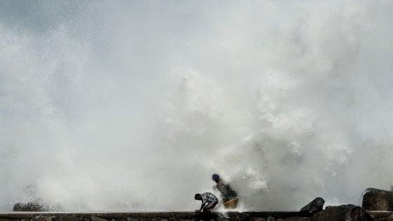 """Il ciclone Amphan si abbatte su India e Bangladesh. Oltre 80 morti, milioni di evacuati: """"Temono i contagi"""""""