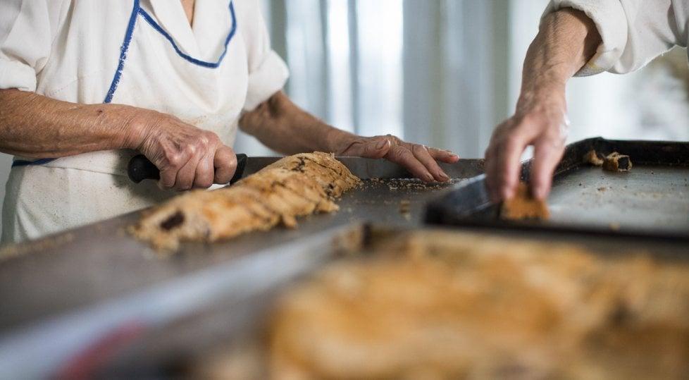 Zia Maria, zia Tanella e mamma Lina, 256 anni in tre, sono le regine del pane del Gargano