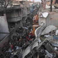 """Aereo precipitato in Pakistan, parla uno dei sopravvissuti: """"Sentivo delle urla, ma..."""