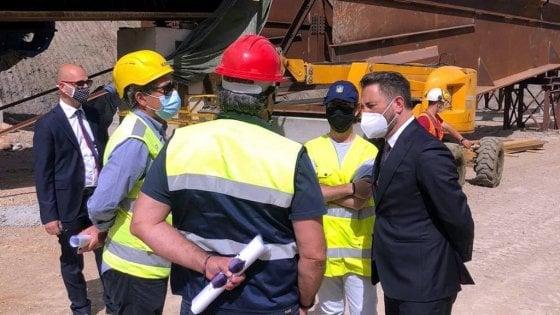 """Caso Autostrade, Cancelleri: """"E' un ricatto, via la concessione. E il dossier De Micheli"""". Il Mit: """"E' pronto"""""""