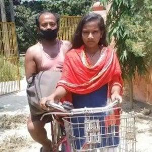 India, ragazza di 15 anni riporta a casa il padre malato e disoccupato pedalando per 1.200 km